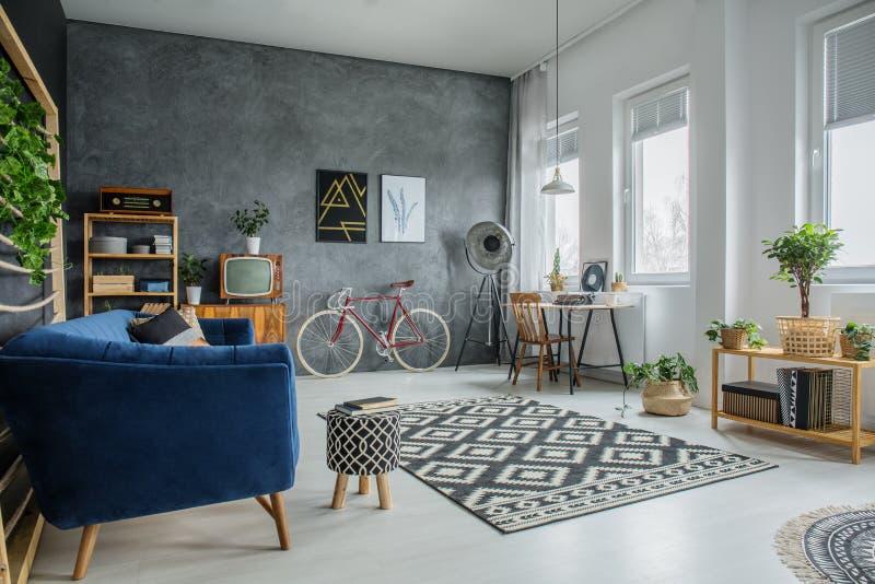 Bureau simple dans la chambre image stock image du meubles vélo