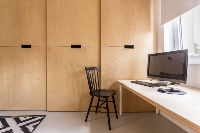 Bureau simple de scandi avec l'ordinateur photos stock