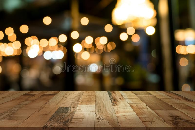 Bureau supérieur avec arrière-plan de restaurant flou images stock