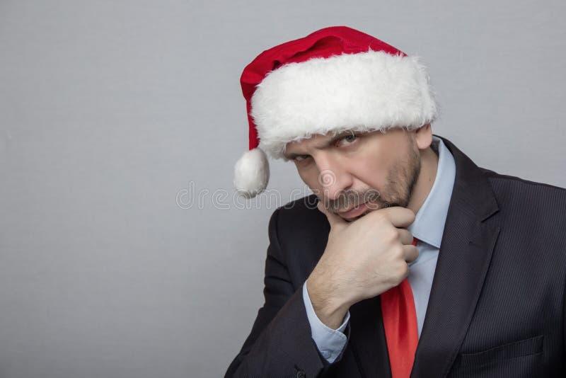 Bureau van de leider van ernstig het kijken, in de Santa Claus-hoed stock afbeelding