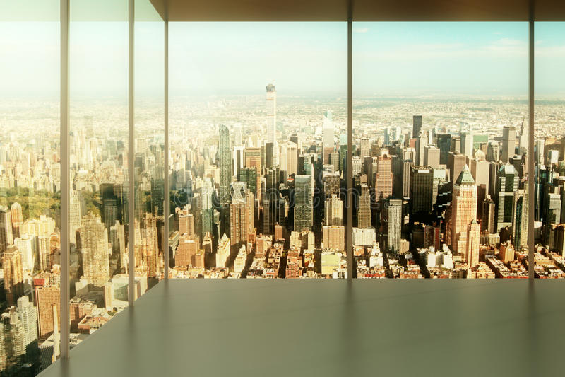 Bureau vide avec la vue à la ville photo stock