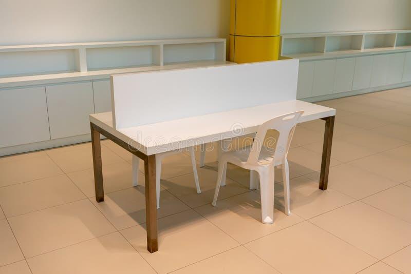Bureau vide blanc avec la séparation dans l'espace intérieur de bureau moderne images libres de droits