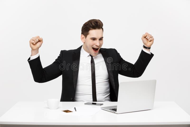 Bureau, zaken, technologie, financiën en Internet-concept - glimlachende zakenman met laptop computer en documenten bij royalty-vrije stock afbeeldingen