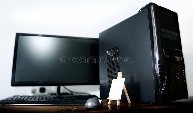 bureaucomputer op witte achtergrond wordt ge?soleerd die royalty-vrije stock foto's