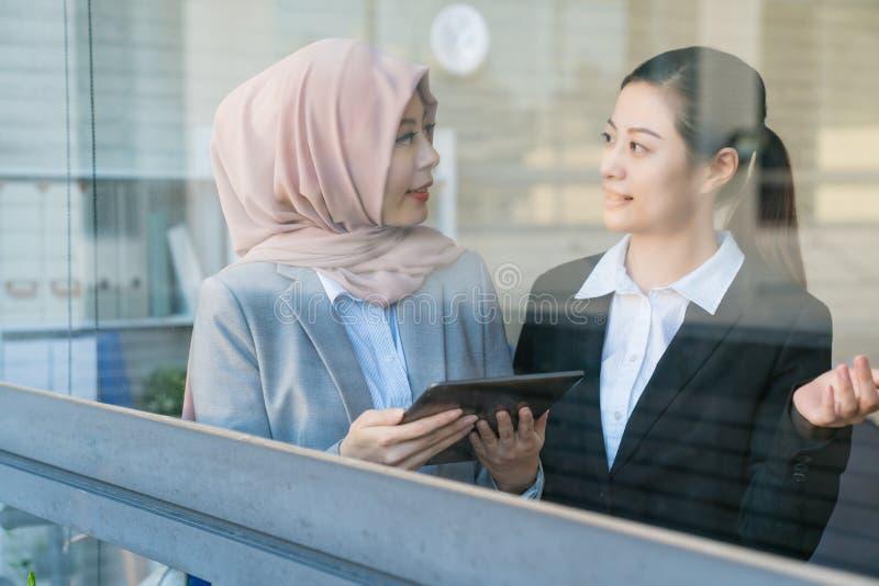Bureaudame die Moslim uitnodigen aan de maaltijd royalty-vrije stock afbeelding