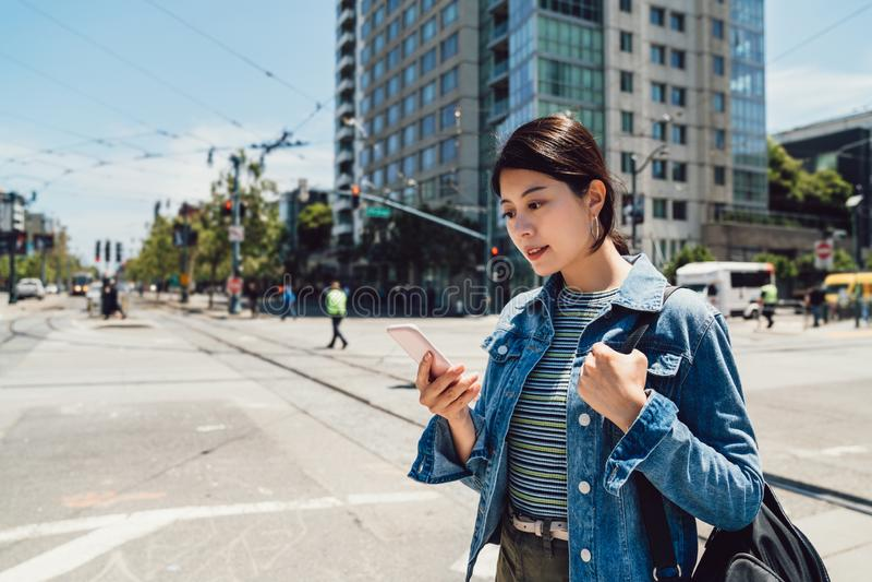 Bureaudame die op de bezige stedelijke weg lopen royalty-vrije stock foto