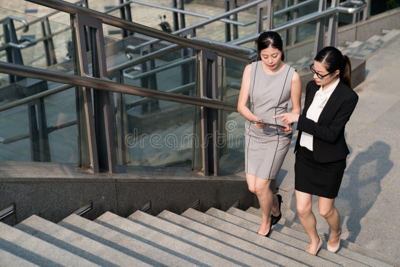 Bureaudame die upstair gebruikend tablet lopen royalty-vrije stock foto