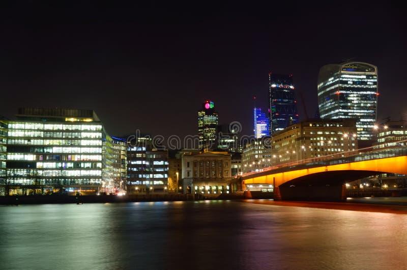Bureaugebouwen 's nachts Londen stock afbeeldingen