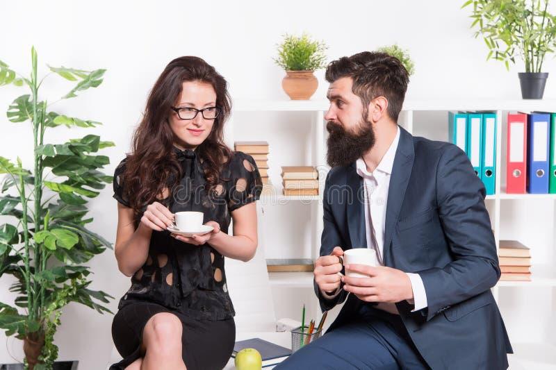Bureaugeruchten Bureaukoffie De paarmedewerkers ontspannen koffiepauze Aandeelkoffie met met collega Flirtende collega's royalty-vrije stock fotografie