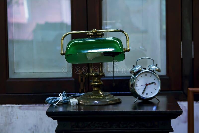 Bureaulamp en wekker op de lijst royalty-vrije stock fotografie
