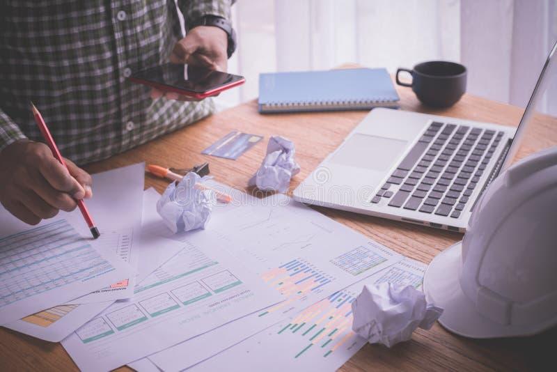 Bureaulijst met bezige zakenman die telefoon, Bezig bureau in huisbureau met behulp van royalty-vrije stock afbeeldingen