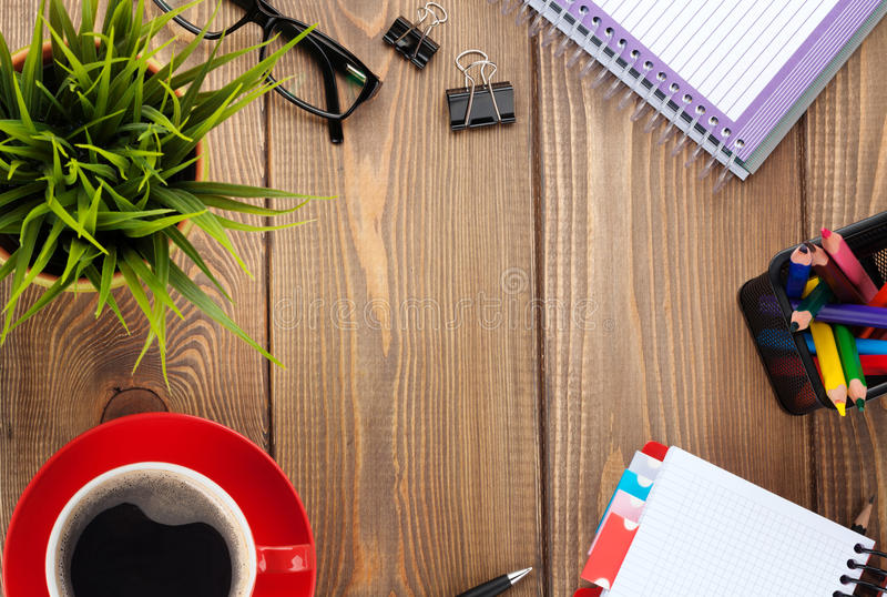 Bureaulijst met bloem, lege blocnote en koffiekop royalty-vrije stock fotografie