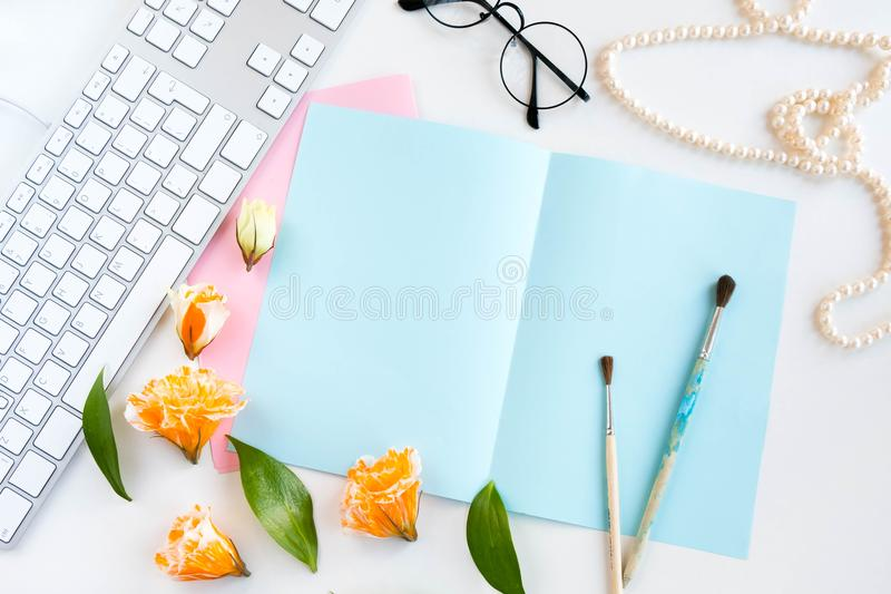 Bureaulijst met computer, levering, bloem en koffiekop Hoogste mening Levensstijlconcept exemplaarruimte voor tekst, selectieve f royalty-vrije stock foto