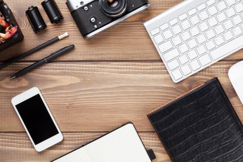 Bureaulijst met computer, levering en camera stock fotografie