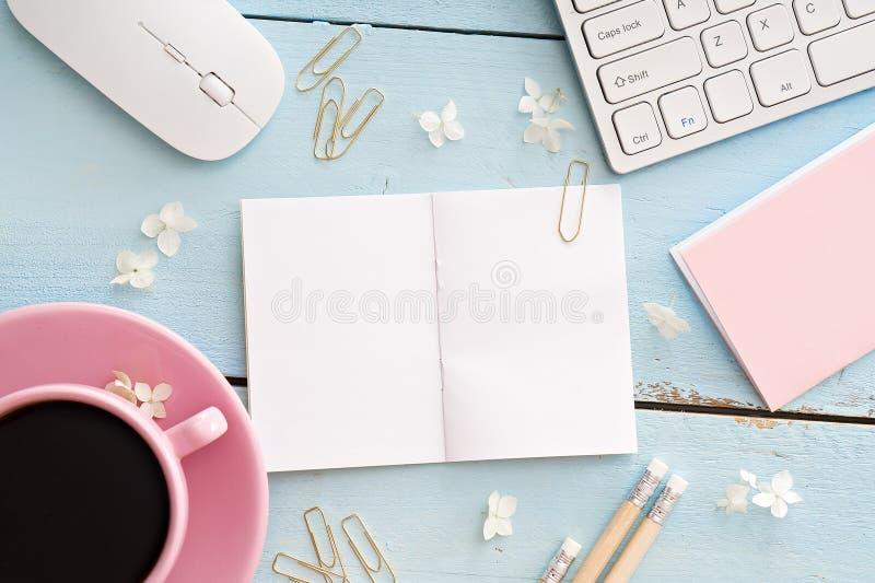 Bureaulijst met computer, levering en koffiekop stock fotografie