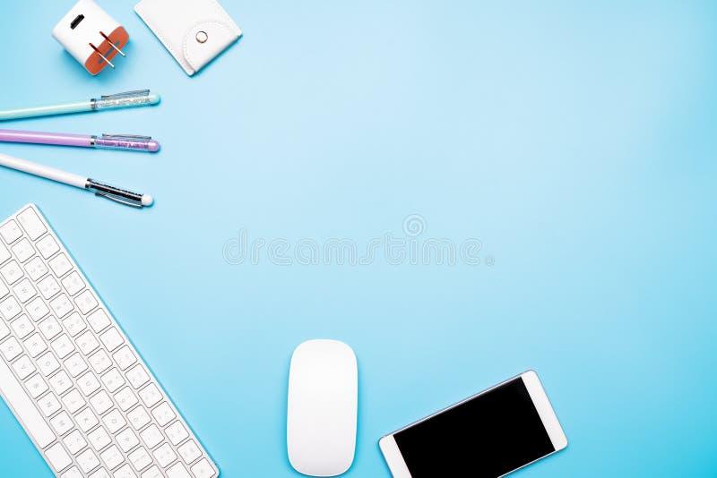 Bureaulijst met computertoetsenbord, muis, smartphone en pen Hoogste mening, exemplaarruimte stock foto's