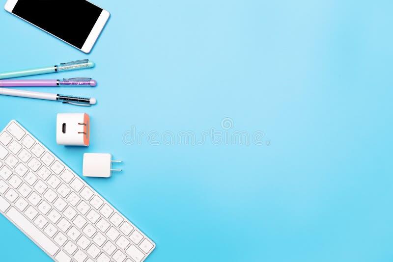 Bureaulijst met computertoetsenbord, smartphone en pen Hoogste mening, exemplaarruimte royalty-vrije stock foto