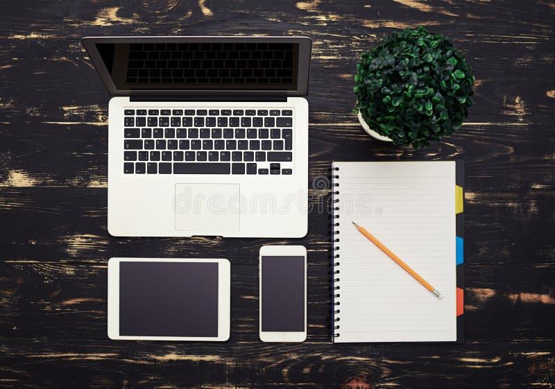 Bureaulijst met gadgets stock fotografie