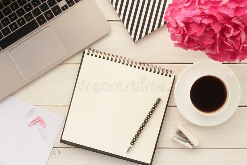 Bureaulijst met koffie en bloem stock fotografie