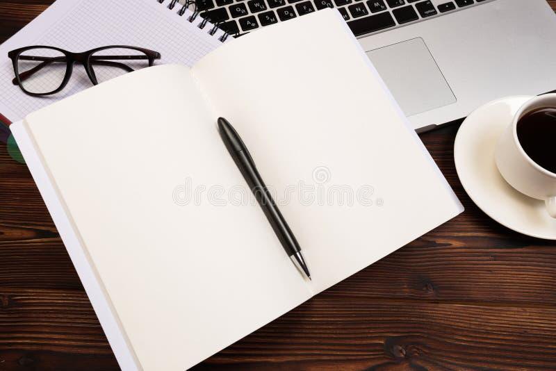 Bureaulijst met levering Vlak leg Bedrijfswerkplaats en voorwerpen Hoogste mening Exemplaarruimte voor tekst stock fotografie