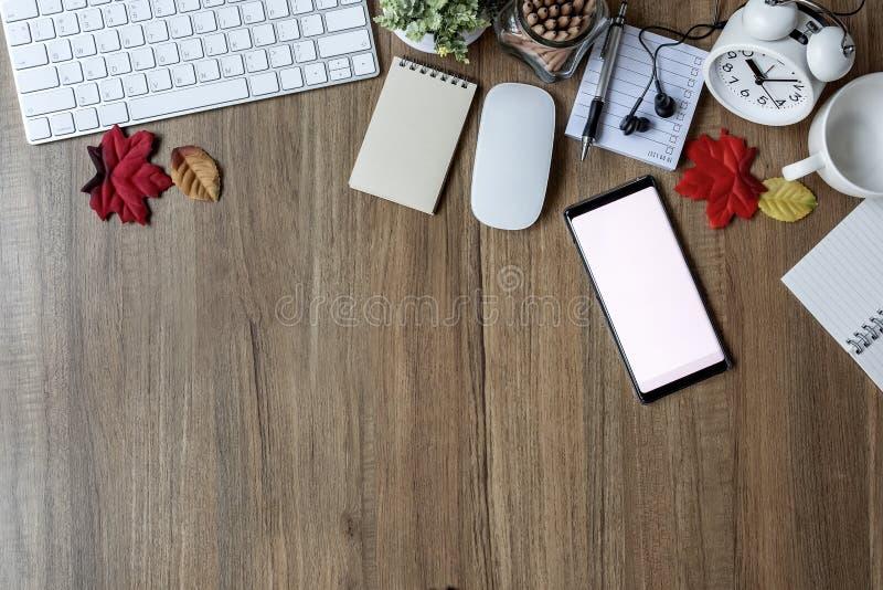 Bureaulijst met toetsenbord, levering, bloem en koffiekop stock foto's