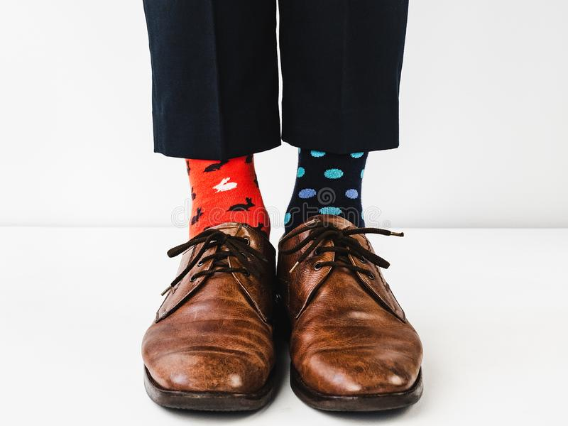 Bureaumanager in modieuze schoenen en heldere sokken stock afbeeldingen