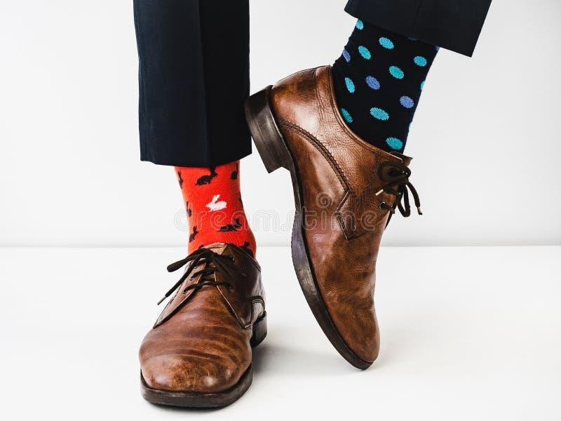 Bureaumanager in modieuze schoenen en heldere sokken stock foto