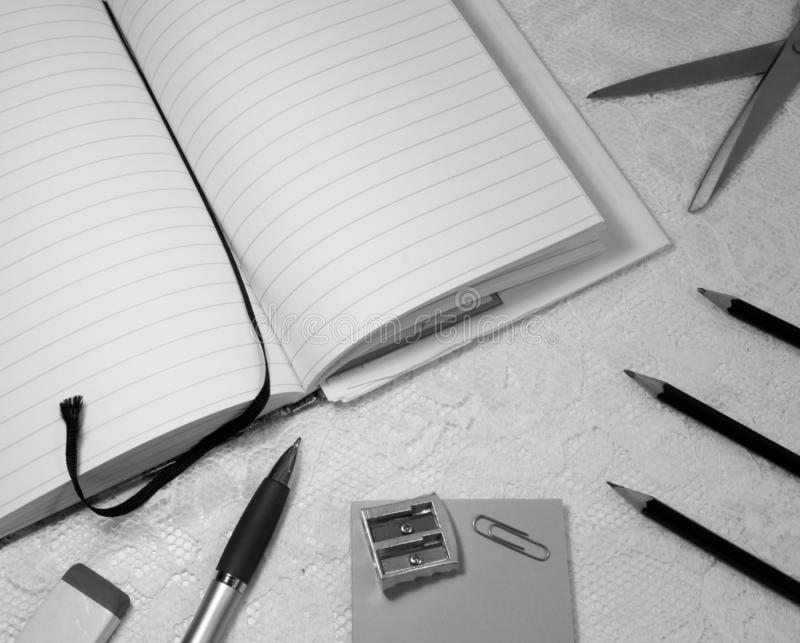 Bureaumateriaal op witte kantoppervlakte stock fotografie