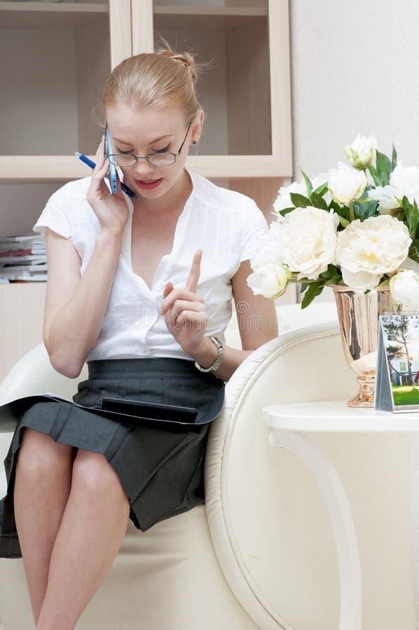 Bureaumeisje die op mobiele telefoon spreken royalty-vrije stock fotografie
