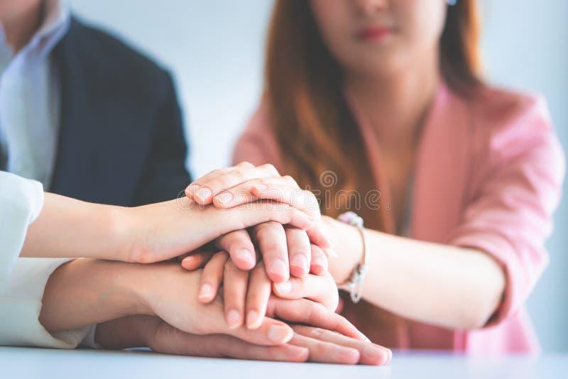 Bureaumensen die hand voor commercieel mede teamsucces samenbrengen stock afbeelding