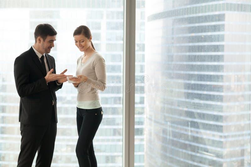 Bureaumensen die zaken bespreken apps, houdend het bekijken lijst stock afbeelding