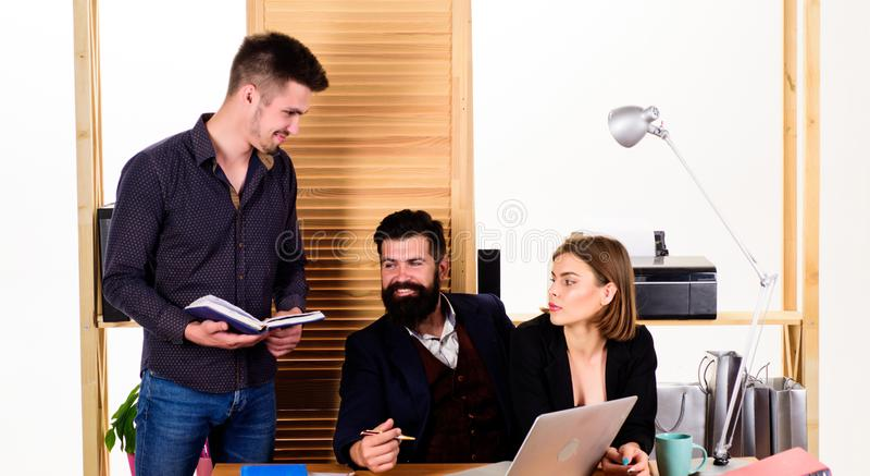 Bureaupersoneel Het Concept van mensen Mensen die goede bedrijfsbespreking in modern coworking bureau maken Bedrijfs mensen royalty-vrije stock afbeelding