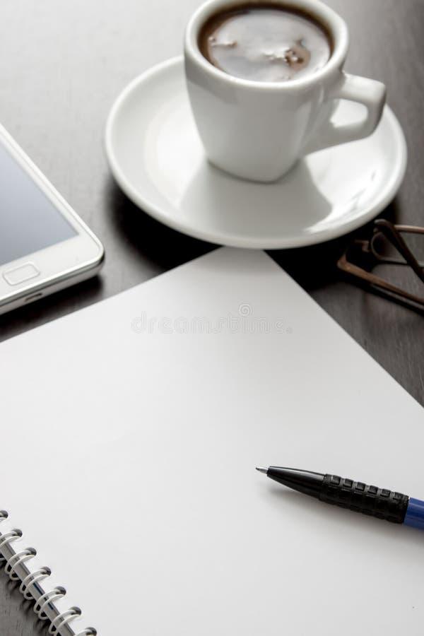 Bureausamenstelling met leeg document stock afbeelding