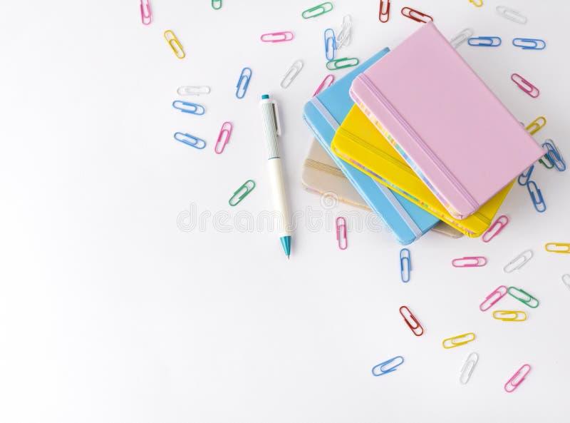 Bureautoebehoren op witte achtergrond Terug naar het Concept van de School stock afbeeldingen