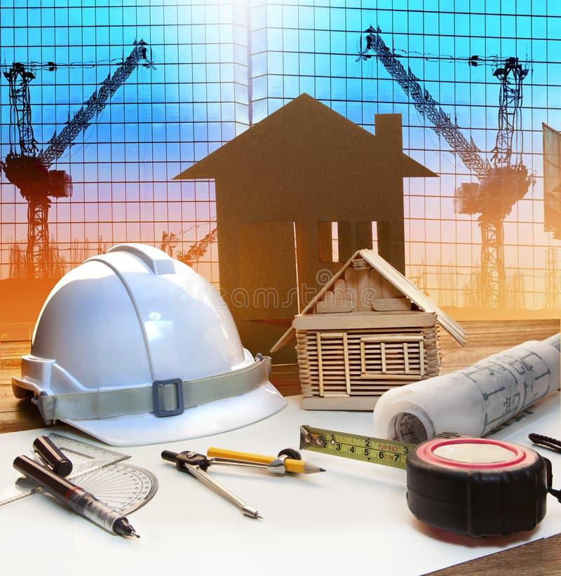 Bureautoren en het plan van de huisbouw op architecten werkend lusje royalty-vrije stock afbeelding