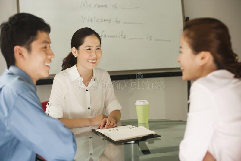 Bureauvergadering met medewerkers stock foto