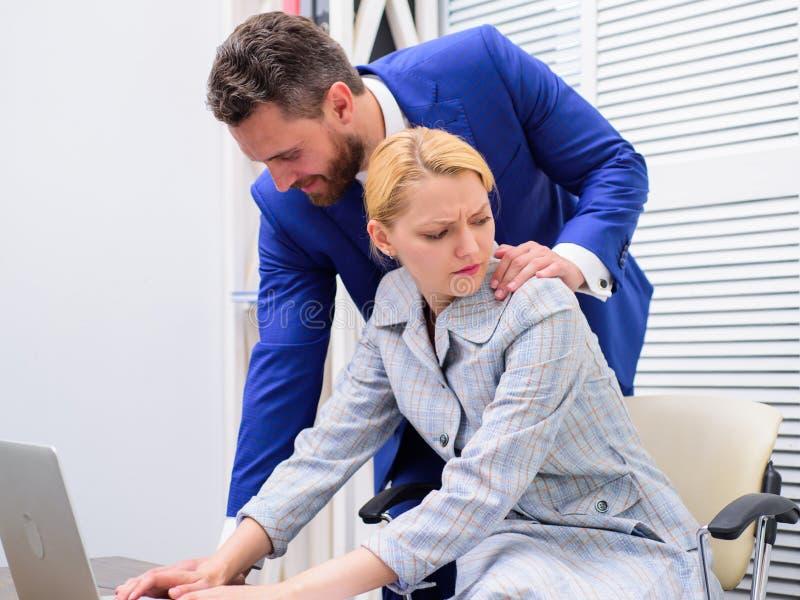 Bureauvrouw en haar lustful werkgever disrespect Persoon die hand op schouder zetten royalty-vrije stock afbeeldingen
