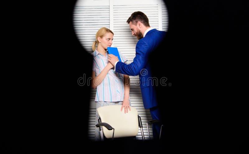 Bureauvrouw en haar lustful werkgever Probeer om directeur te verleiden Werkgever of manager die vrouwelijke werknemer in werkpla stock foto