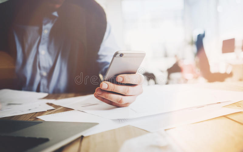 Bureauwereld, het werkproces Zakenman die bij de houten lijst met nieuw bedrijfsproject werken Mens wat betreft moderne het scher stock afbeelding