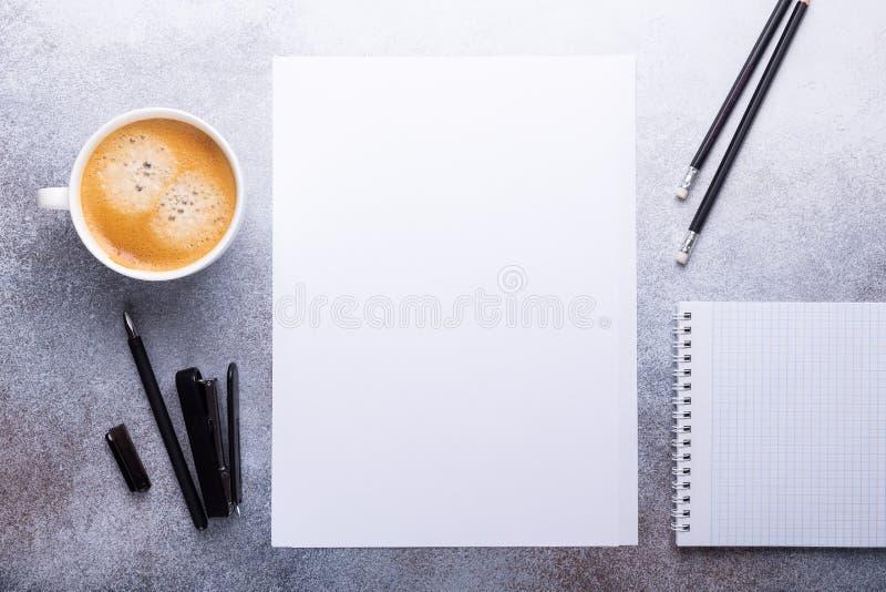 Bureauwerkplaats met leeg document, kop van koffie, notastootkussen en pen Zeer gedetailleerd en echt Hoogste mening stock foto's