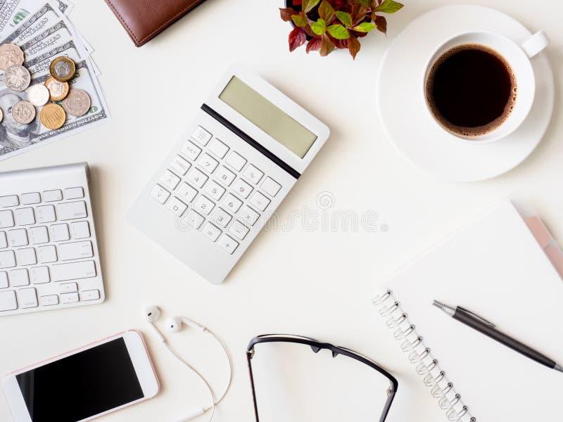 Bureauwerkruimte met notitieboekje, smartphone en gadget op witte achtergrond, grafische ontwerper, Creatieve mede Ontwerper stock fotografie
