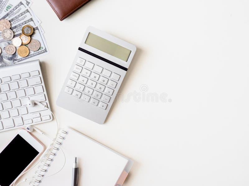Bureauwerkruimte met notitieboekje, smartphone en gadget op witte achtergrond, grafische ontwerper, Creatieve mede Ontwerper stock foto's