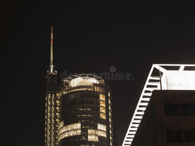 Bureauwolkenkrabber met antenne en helihaven bij nacht stock foto's