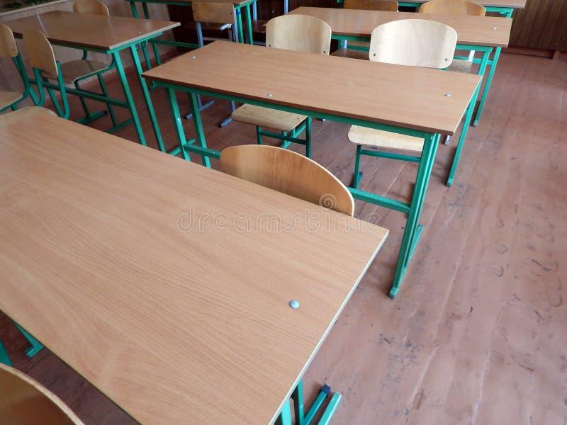 Bureaux d'école dans la salle de classe images libres de droits