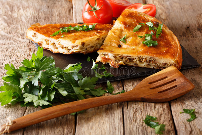 Burek caldo delizioso con il primo piano della carne tritata orizzontale immagini stock