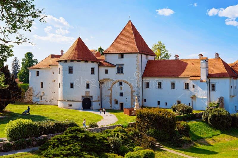 Burg an der Straße der Altstadt von Varazdin Kroatien stockbild