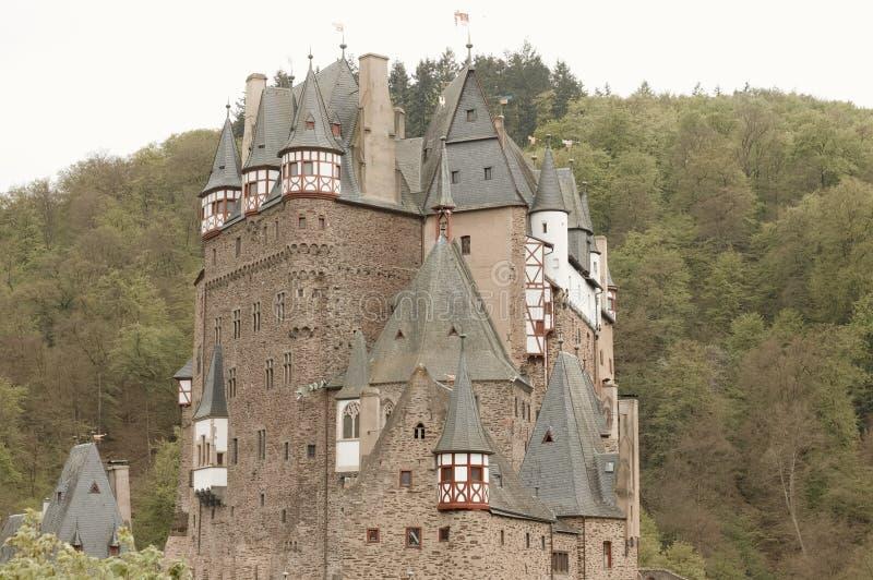 Burg Eltz, Allemagne : Vue du château d'Eltz de burg dans la forêt photos stock