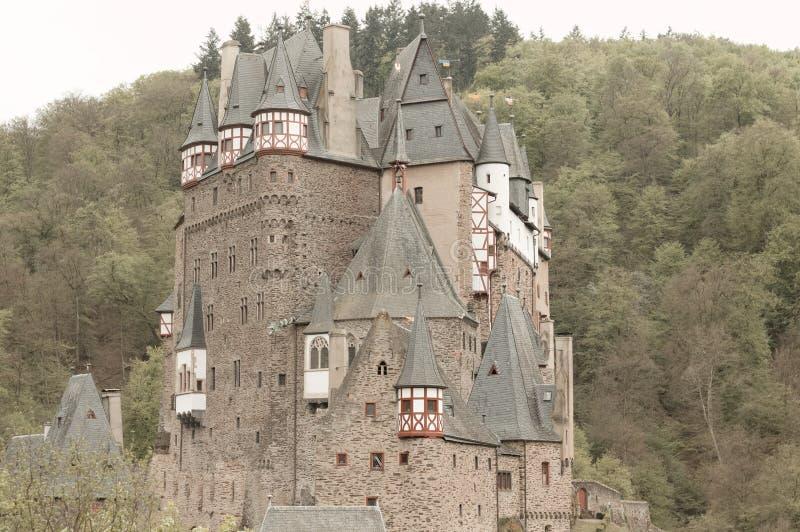 Burg Eltz, Allemagne : Vue du château d'Eltz de burg dans la forêt image stock