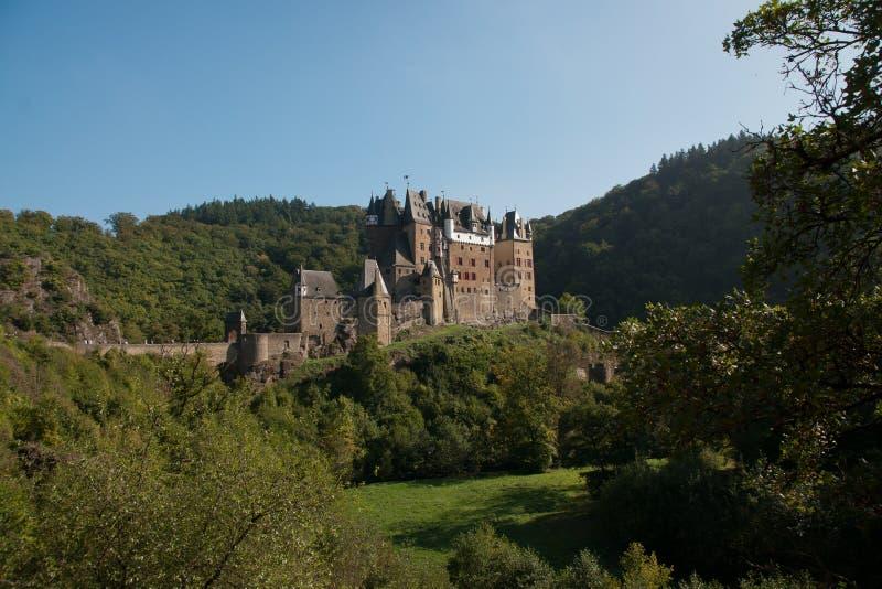 Burg Eltz. Ansicht mit Wald in der Naehe von Mayen-Koblenz, Deutschland stock photography