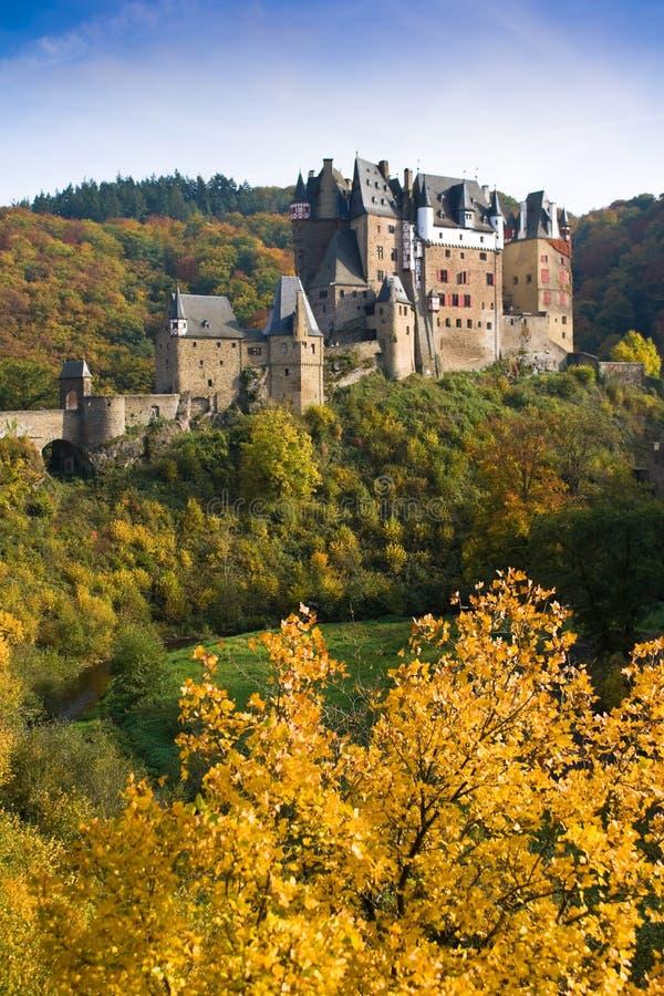 Burg Eltz in Deutschland stockfotografie